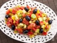 Рецепта Салата с розови домати, авокадо и маслини